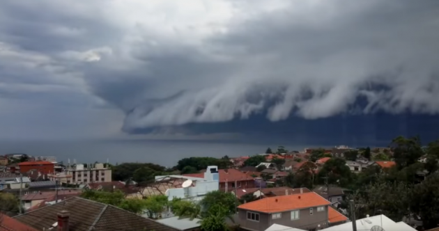 Watch: Ominous shelf cloud rolls in over Sydney beach