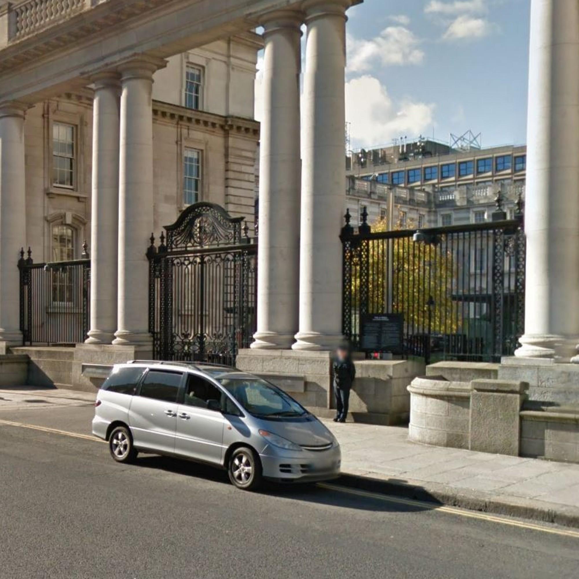Security alert at Dáil �ireann as man blocks main entrance to government buildings