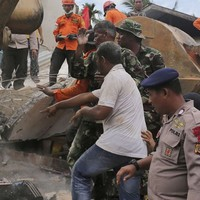 52 dead and hundreds injured in Indonesia earthquake