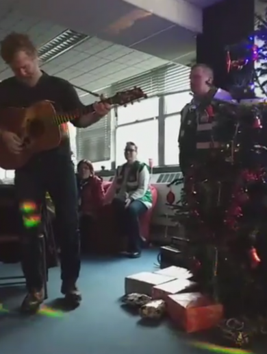 Homeless couple get engaged in Apollo House following performance by Glen Hansard