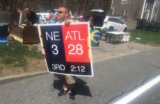 A Boston Marathon spectator held a sign with the Super Bowl score before the Patriots' big comeback to motivate runners