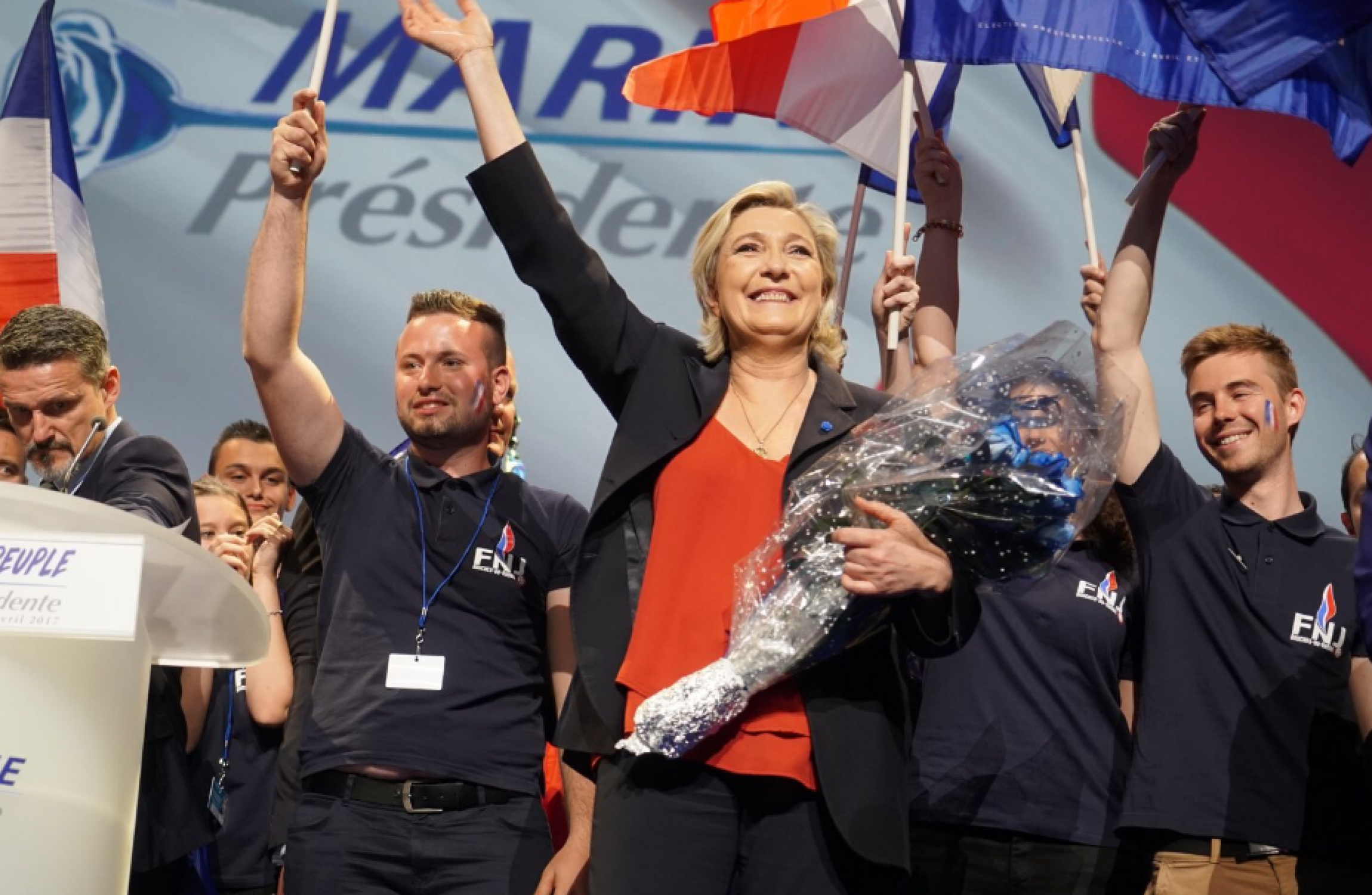 Le Pen slips behind Macron in French election race