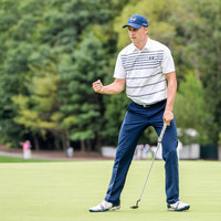 Spieth rides hot putter to share lead, McIlroy seven shots off him
