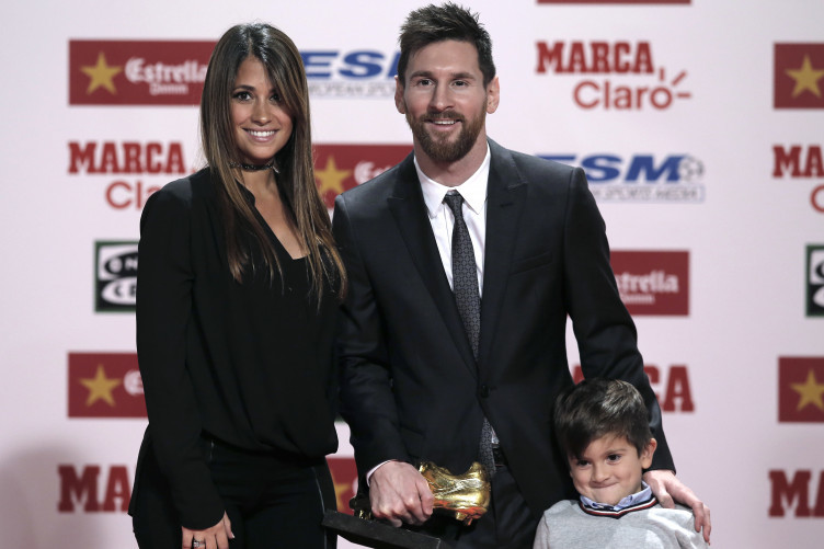 Messi receiving the award with his wife Antonella and son Thiago this afternoon.