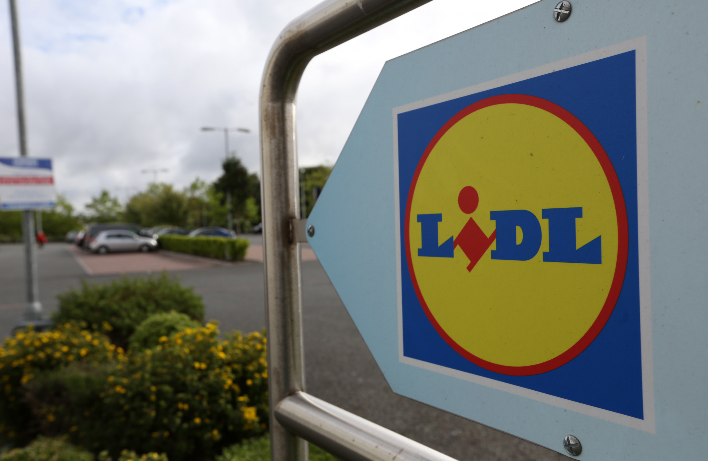 Gang in JCB tear roof off Lidl supermarket in looting