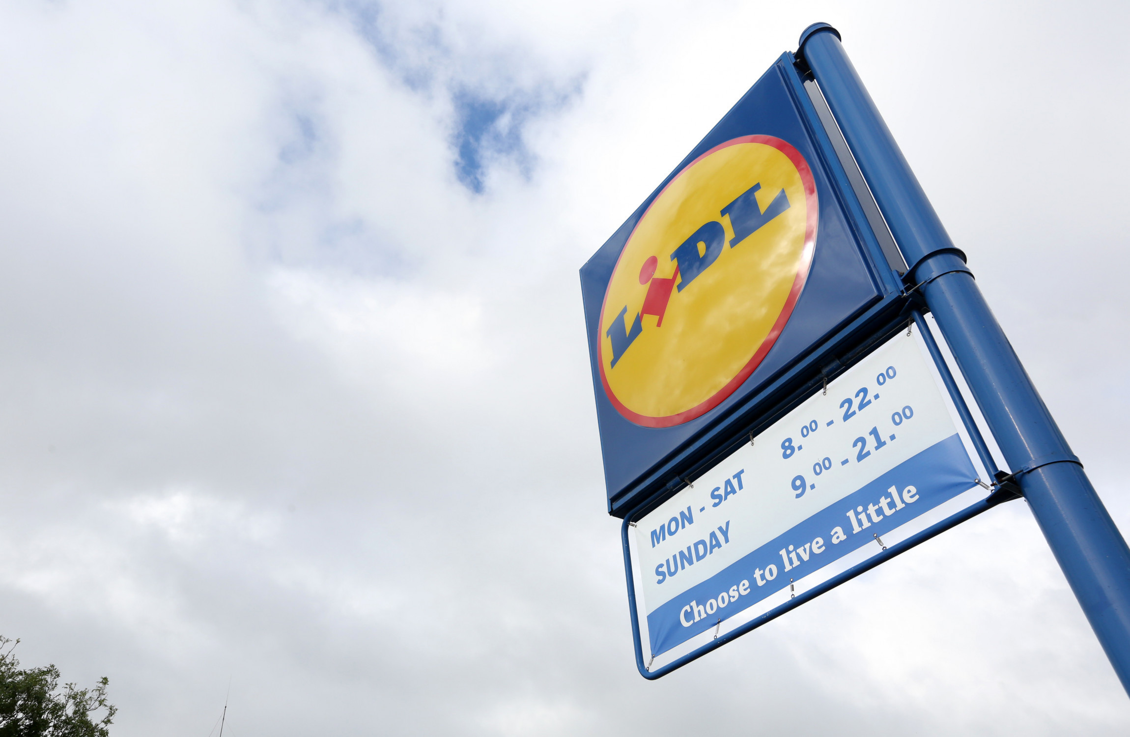 Lidl in Dublin looted and smashed during Storm Emma
