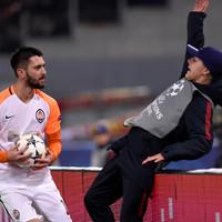 Shakhtar striker apologises for shoving Roma ballboy over advertising hoardings