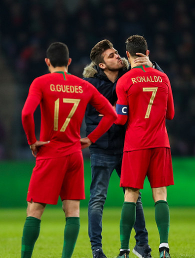 Fan invades pitch to kiss Ronaldo as Dutch give Koeman first win
