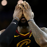 LeBron leaves news conference following Smith error questions