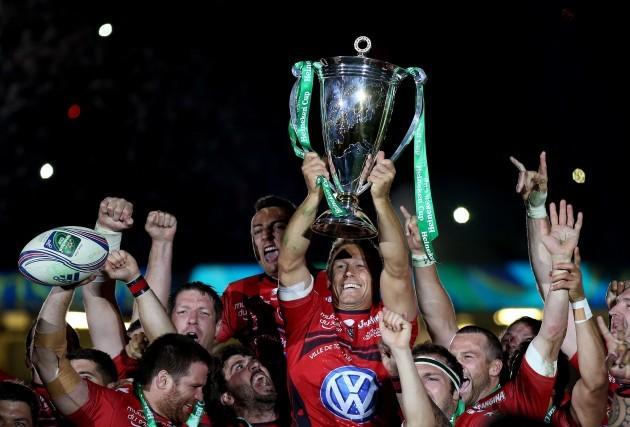 Jonny Wilkinson lifts the trophy