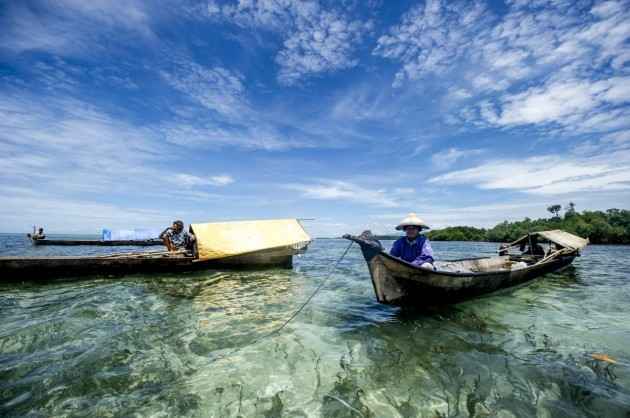 bajau-traditionally-live-on-handmade-lepa-lepa-boats-bringing-everything-they-need-to-sea-including-cooking-utensils-kerosene-lamps-food-water-and-even-plants-they-come-to-shore-only-to-trade-or-fix