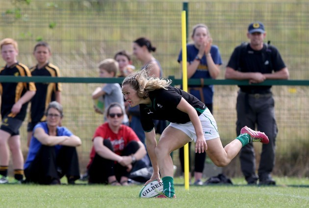 Ashleigh Baxter scores a try