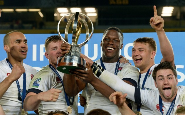 Maro Itoje lifts the trophy with teammates