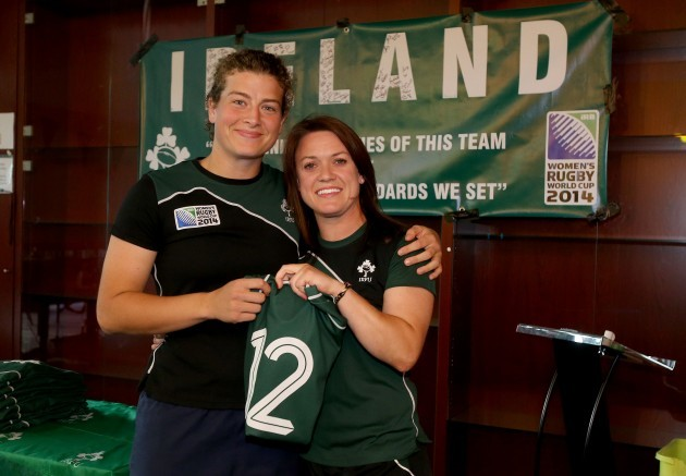 Lynne Cantwell presents the jersey to Jenny Murphy