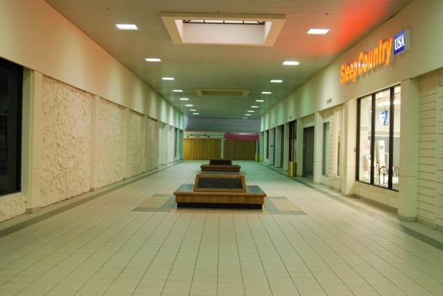 23 Creepy Photos Of Abandoned Empty Shopping Centres