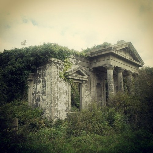 One of the gatelodges to Castleboro, Wexford. Built c. 1862, it faced one of the avenues that led into the big house. I assume it fell into disrepair following the destruction of the main house in 1923. It would make a great little renovation project. #ireland #history #irishhistory #urbanexploration #bighouse #fire #architecture #urbex #localhistory #ruin #instaireland #instadaily #wexford #castleboro #carew #gatelodge #nature_takes_over