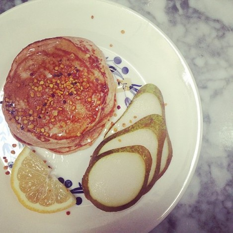 Happy Monday! ☺️ Wholemeal spelt & cinnamon pancakes with honey & pear for breakfast