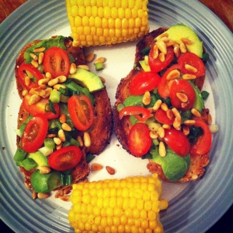 Avocado, tomato and spring onions on @thenaturalbakery multiseed spelt bread with toasted pine nuts and corn on the cob for dinner! #yum #avocado #corn #veggies #irishfitfam #fitfam #plantbased #vegan #instafood #healthydinner #stuffontoast #toast #nuts #cleaneats #eatclean