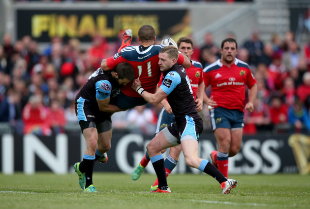 Simon Zebo tackled by Richie Vernon and Peter Horne