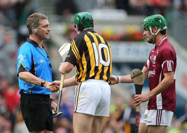 Barry Kelly shakes hands with Henry Shefflin