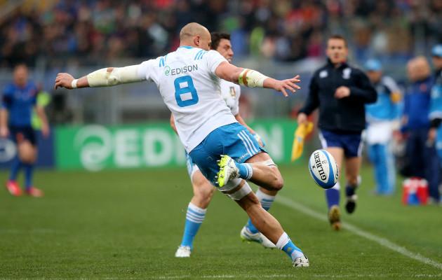 Sergio Parisse clears