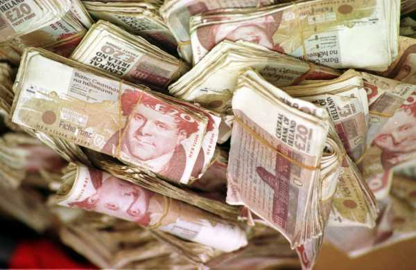 We 39 ve found 73 million old 20 notes behind the couch for Couch 600 euro