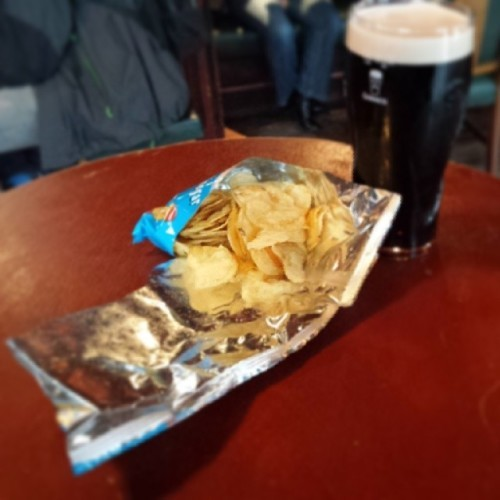 People only eat crisps like this in pubs #crisps #pubcrisps #generousONLYwheninpubs