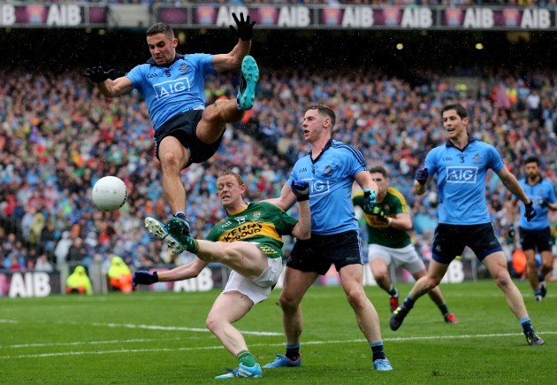 The teams from Dublin and Kerry took part in the 2015 All-Ireland Gaelic  Football Championship Final 4e90f4bb5bf6a