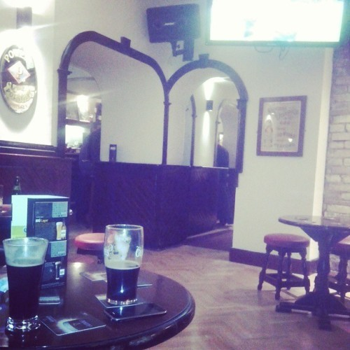 Such a good match in such an amazing place ! #irelandaustralia #pub #dublin #erasmus