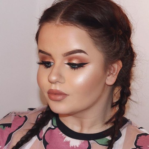This beauty blogger made up her whole face with ...
