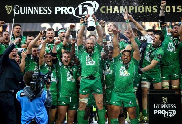 John Muldoon lift the Guinness Pro12 Trophy