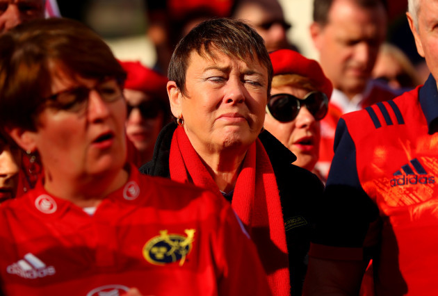 Munster fans gather to pay tribute to Anthony Foley the Munster assistant coach who passed away during the night