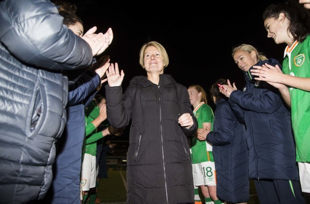Ireland form two lines to applaud Sue Ronan off the field on her last game