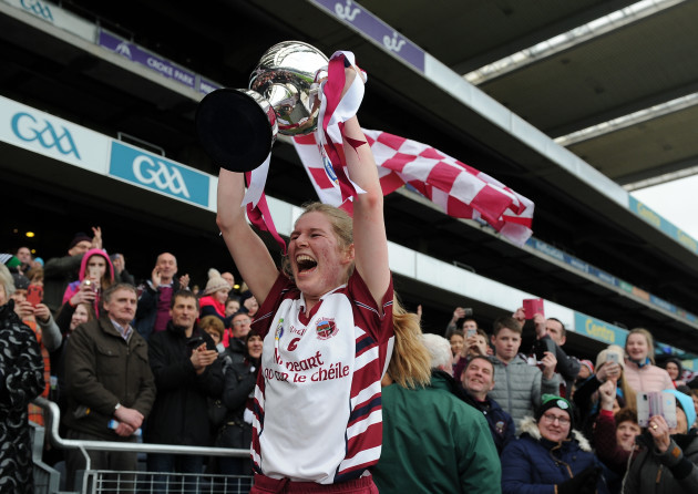 Aoife Ni Chaiside lifts Bill  Agnes Carroll Cup
