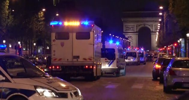 2 police shot in Paris