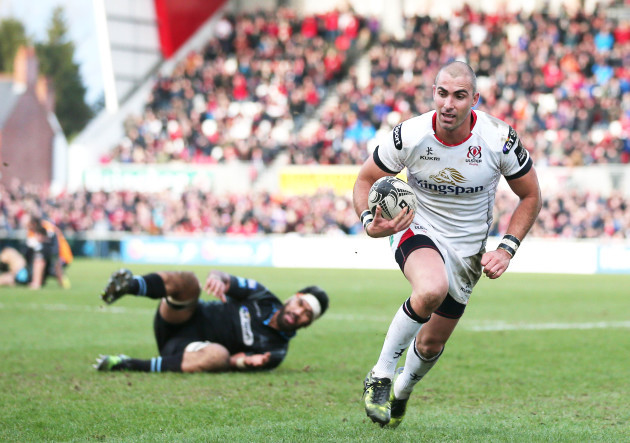 Ruan Pienaar runs in for a try