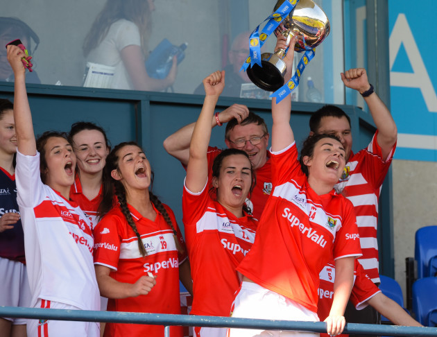 Doireann O'Sullivan lifts the league trophy