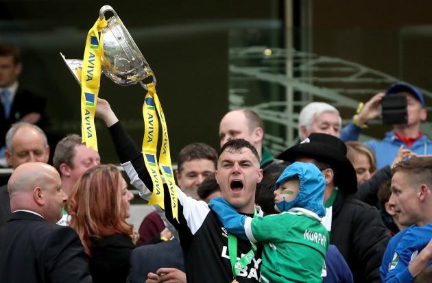 Lee Murphy lifts The FAI Junior Cup