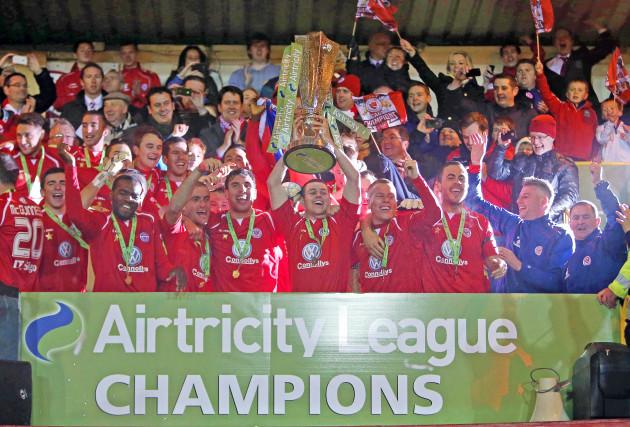 Danny Ventre lifts the Airtricity League Premier Division trophy