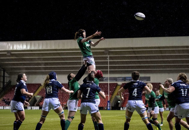 Marie Louise Reilly wins lineout