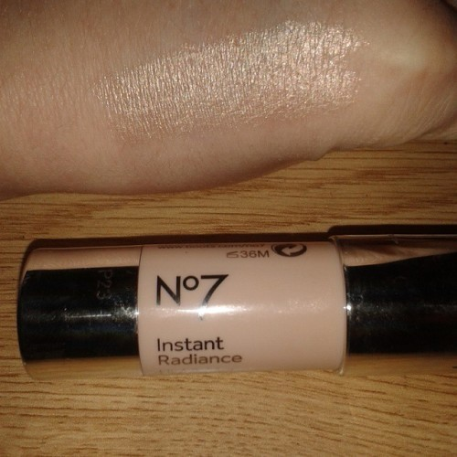 Omg has anyone else tried the #no7 instant highlight? Look at that swatch on my hand! Its soooo creamy and lightweight and it lasts a good amount of time on the skin. I pat this on my cheekbones with my fingers & it melts beautifully into the skin! #loveit #no7 #no7instantradiance #highlightthosecheekbones #strobbing #mua #freelancemakeupartist #irishblogger #swatchfest #makeupaddict #followme #wakeupandmakeup #fbblogger #makeupblogger #makeupaddict #makeupmob #youneedthisinyourlife