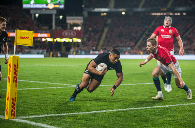 Ngani Laumape scores their first try