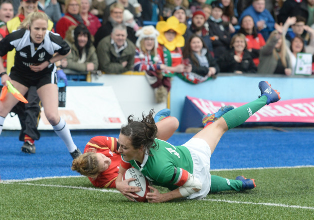 Hannah Tyrrell scores her side's second try