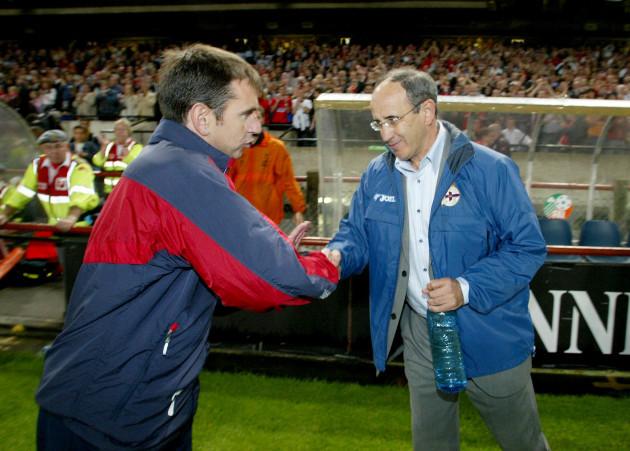 Pat Fenlon shakes hands with Javier Irureta