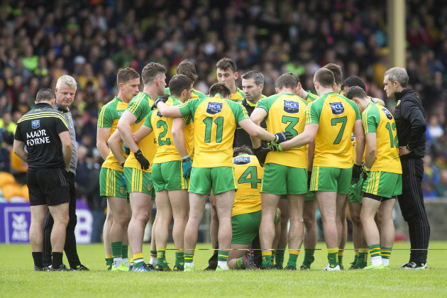 Rory Gallagher speaks to his players before throw in