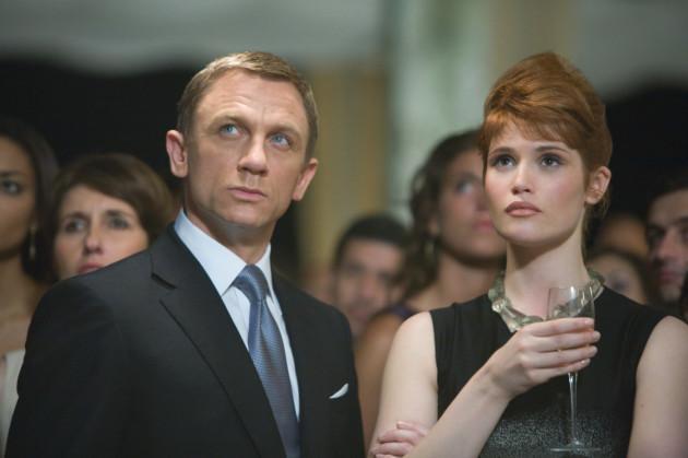 James Bond (Daniel Craig) und Agentin Fields (Gemma Arterton) in einer Szene...