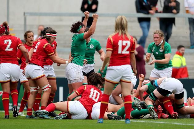Lindsay Peat celebrates Paula Fitzpatrick's try
