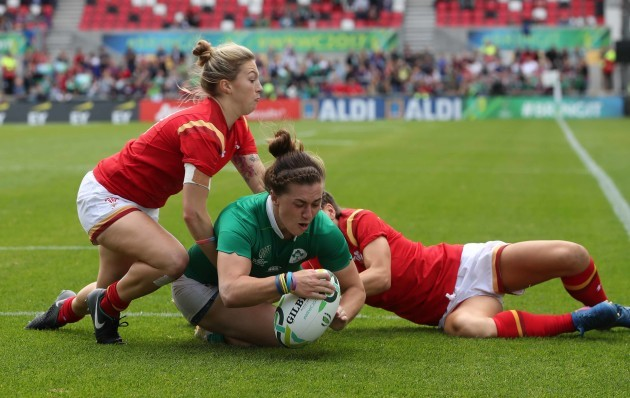 Katie Fitzhenry scores a try