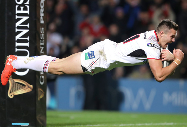 Jacob Stockdale scores a try