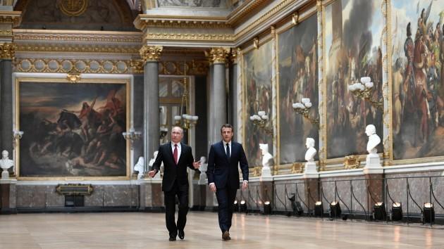 Emmanuel Macron and Vladimir Putin walk in the Galerie des Batailles - Versailles